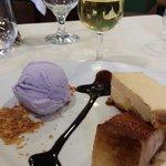 Tarta de queso con salsa de cafe ,helado de violetasby una copita de moscatel marina..mmmmm