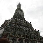 Ai piedi del Wat Arun