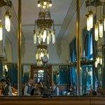Salle du petit-déjeuner©Frédéric Chéhu Lustres art nouveau, murs de mosaïques en pate de verre