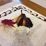 Pera caramellata con fonduta di cioccolato e noci