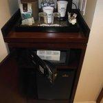 Cafetera, caja de seguridad y minibar