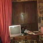 La tele nunca funcionó, debe de ser que es tan vieja y antigua como todo en este hotel