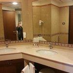 Camera deluxe bagno molto ampio, particolare dei doppi lavabi