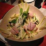 Ensalada de hojas, endivias con dados de atún sellado, manzana fresca,cebollines grillados y ade