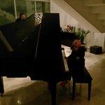حلا تعزف البيانو