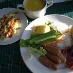 朝食ビュッフェ-2 ソーセージは日によっては独特の風味のものも(自分はOKでした)