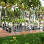 Jeu d'échecs géant dans le parc de l'hôtel