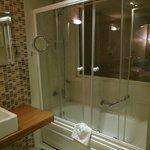 浴室にはシャワーカーテンではなく、透明なスライドドアが付いています。トルコではどこもこの形式で、良かった。