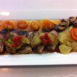 Duo de magret de canard et foie gras pôle aux abricots confits et caramel de muscat