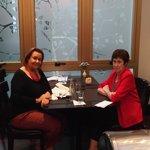 Con una amiga disfrutando del Bar Recoleto. Allí también se sirve el desayuno.