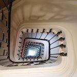 Le plafond de l'accueil et l'escalier jusqu'au 8è étage