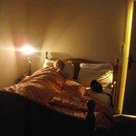 chambre avec un lampe de chevet pour tout éclairage