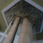 В холле на рецепшн огромный фонтан , немного поменьше , чем в аэропорту Бен-Гурион