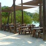кафе рядом с пляжем и бассейном