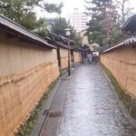 薦掛け(こもがけ)  雪から土塀を保護するもので、浸透した水分の氷結による損傷や、付着した積雪による土の剥がれを防いでおり、毎年12月から翌年3月迄、設置され、金沢の冬の風物詩となっ