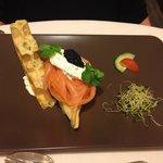 Gaufre, saumon et crème au raifort