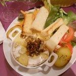 Camembert al forno con noci, miele e verdure
