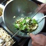 zelf salade maken in buffetrestaurant