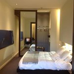 quarto enorme e muito confortável.