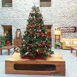 Claustro interior con decoración navideña