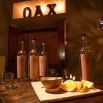 La tabla mezcalera: Chapulines, sal de guzano, queso oaxaca y naranjas