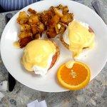 Cafe 100 Eggs Benedict