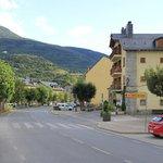 Calle principal que atraviesa el pueblo