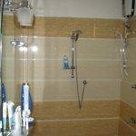 душ на двоих сразу)) температура воды регулируется