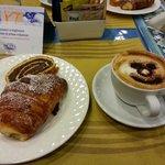 Colazione con cappuccino e cornetto
