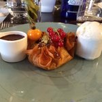 Croustillant d'amande et gingembre, chocolat chaud (Valrhona) aux épices.