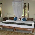 Riesiges Bett mit Moskitonetz