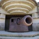 Une casemate avec sa pièce d'artillerie toujours en place