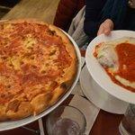 Nuestra orden: pizza de muzzarela y milanesa!