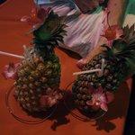 Коктейли в свежих фруктах. Есть еще вариант с кокосом.