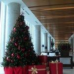 el enorme lobby decorado con árbol de navidad