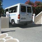 На этом микроавтобусе вас доставят в отель