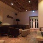 Lounge mit offenem Kamin im Restaurantbereich