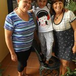 Mi hija, con Nora y su hermana Liria