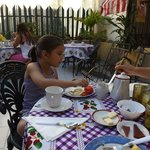 Mi hija, disfrutando los deliciosos desayunos