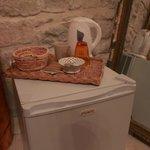 Cofee and tea facilities et le frigo