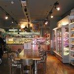 食品売り場とキッチン
