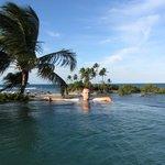 La piscine à la hauteur avec la vue sur l'océan
