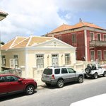 Wide view of houses surrounding Poppy Kamers Curacao