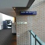 Simpatica la targa della via interna all'hotel,i corridoi dei vari piani si affacciano su un and