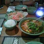 中間の辛さを頼んだはずですが相当辛い。でも味が濃くてうまいトムヤムガイです。デフォルトでご飯付き。