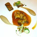 Poitrine de perdreau et cuisse confite, giroles, purée châtaigne gingembre, jus aux épices douce
