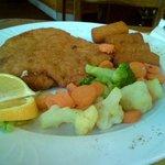 Cordon Bleu mit frischem Gemüse.