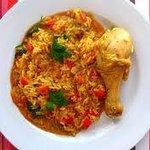 arroz con pollo achiotado.