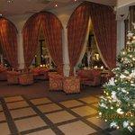 Холл отеля красиво украшен к Рождеству