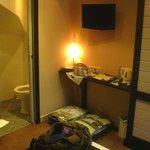 Hotel Cartier: Saint-Malo: Francia: altra valigia e soffitto bagno